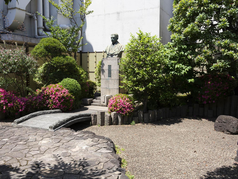 伊勢丹屋上銅像